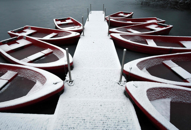 Snow- covered row boats at the Decksteiner Weiher ponds in Cologne, Germany, 02 January 2017. (Photo by Henning Kaiser/AFP Photo/DPA)
