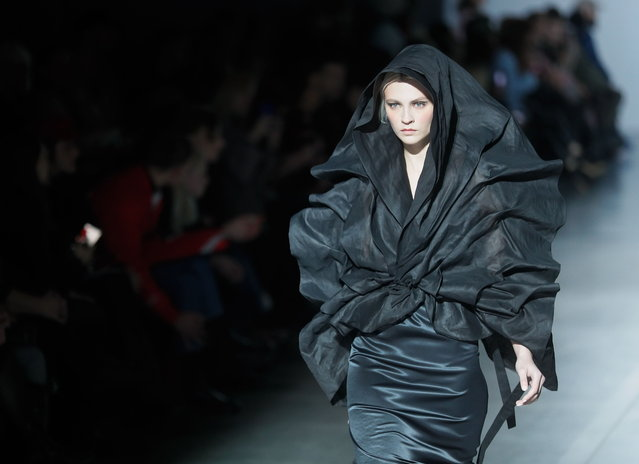 A model presents a creation by Ukrainian brand Finch during the Ukrainian Fashion Week in Kiev, Ukraine, 01 February 2019. (Photo by Sergey Dolzhenko/EPA/EFE)