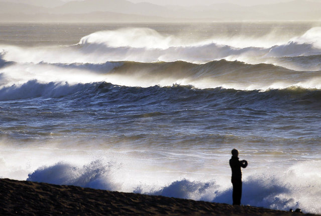 General view of beach shows breaking waves along the ocean beach front in Biarritz on the southern Atlantic Coast of France, February 6, 2014. (Photo by Regis Duvignau/Reuters)