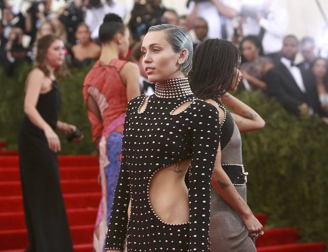 """U.S. actress Zoe Kravitz (R) and U.S. singer Miley Cyrus arrive for the Metropolitan Museum of Art Costume Institute Gala 2015 celebrating the opening of """"China: Through the Looking Glass"""" in Manhattan, New York May 4, 2015. (Photo by Andrew Kelly/Reuters)"""