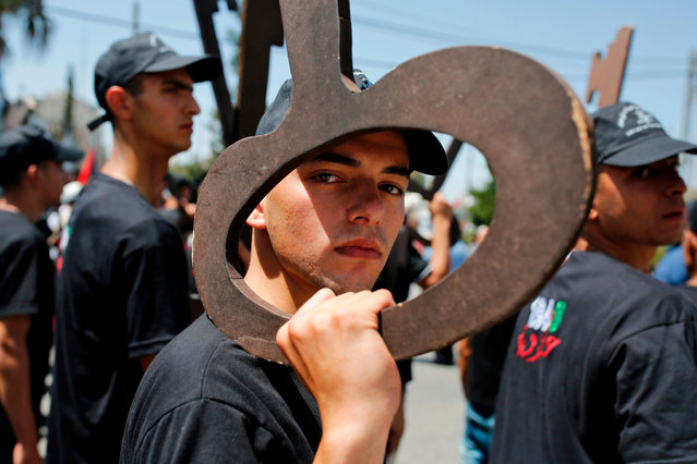 """Palestinians hold up paper cutouts of keys as they take part in a rally marking the 71st anniversary of the """"Nakba"""", or catastrophe, on May 15, 2019 in Ramallah in the Israeli-occupied West Bank. Palestinians are marking the 1948 Nakba, or """"catastrophe"""", which left hundreds of thousands of Palestinians displaced by the war accompanying the birth of Israel. (Photo by Abbas Momani/AFP Photo)"""