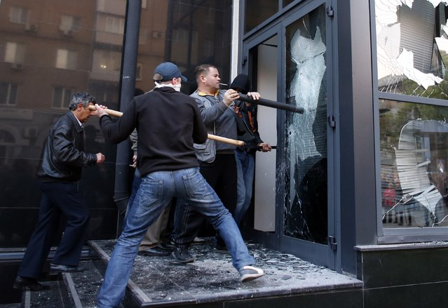 Pro-Russia protesters storm the governor's business premises in Donetsk, eastern Ukraine May 3, 2014. (Photo by Marko Djurica/Reuters)