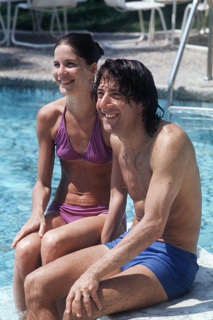 Actor Dustin Hoffman sits by the pool with his wife Anne Byrne, at their hotel during the Cannes International Film Festival, May 14, 1975, in France. (Photo by AFP Photo/Getty Images)