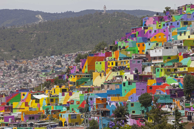 Hundreds of houses painted in bright colors in what organizers claim is Mexico's largest mural, in the Palmitas neighborhood, in Pachuca, Mexico, Thursday, July 30, 2015. (Photo by Sofia Jaramillo/AP Photo)