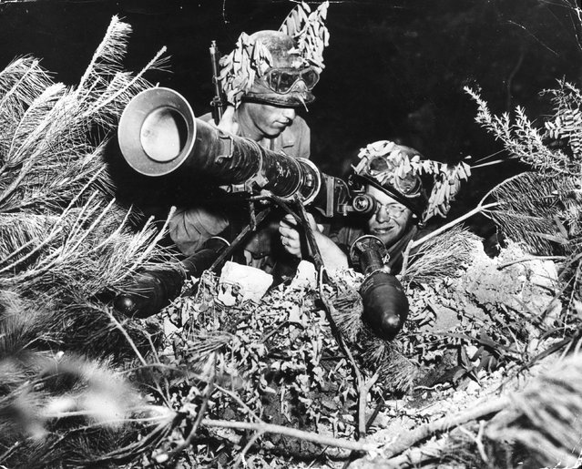 Two American soldiers operating a 3.5 inch rocket-launcher somewhere on the front line during the Korean War, August 1950. (Photo by Keystone)