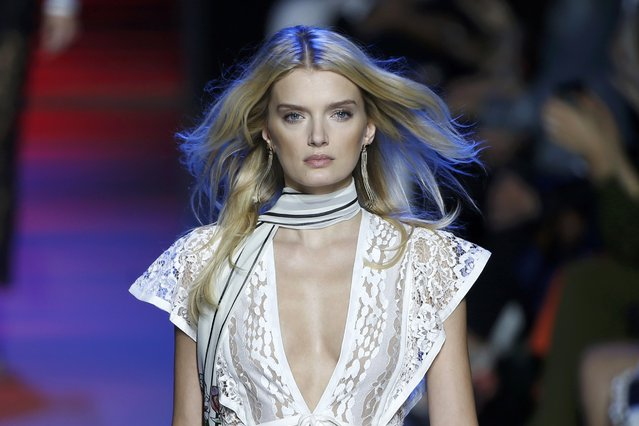 Model Lily Donaldson presents a creation by designer Elie Saab as part of his Spring/Summer 2016 women's ready-to-wear collection during Fashion Week in Paris, France, October 3, 2015. (Photo by Charles Platiau/Reuters)