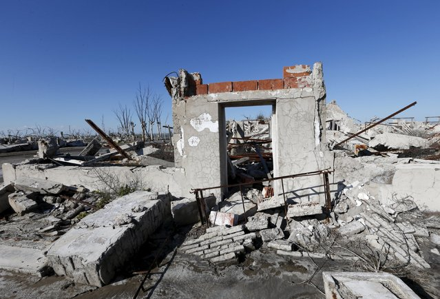 A ruined house is pictured in the onetime spa and resort town Epecuen, November 6, 2015. (Photo by Enrique Marcarian/Reuters)
