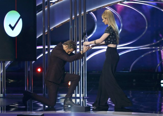 Iggy Azalea accepts the award for favorite hip hop artist from presenter Dax Shepard during the 2015 People's Choice Awards in Los Angeles, California January 7, 2015. (Photo by Mario Anzuoni/Reuters)