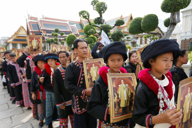 Mourners from the Kamphaeng tribe line up to get into the Throne Hall at the Grand Palace for the first time to pay respects in front of the golden urn of Thailand's late King Bhumibol Adulyadej in Bangkok, Thailand, October 29, 2016. (Photo by Jorge Silva/Reuters)