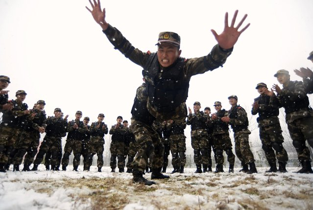 Paramilitary policemen wrestle during a training session amid snowfall in Nanjing, Jiangsu province, January 28, 2015. (Photo by Reuters/Stringer)