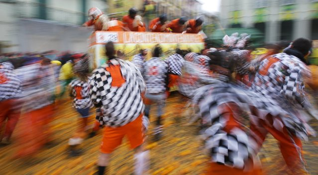 Members of rival teams fight with oranges during an annual carnival battle with oranges in the northern Italian town of Ivrea February 15, 2015. (Photo by Max Rossi/Reuters)