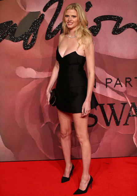 Model Lara Stone poses for photographers at the Fashion Awards 2016 in London, Britain December 5, 2016. (Photo by Neil Hall/Reuters)