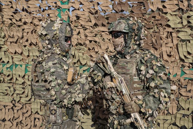 Russian servicemen display military camouflage equipments during the joint military anti-terrorist command and staff exercise of the armed forces of the Shanghai Cooperation Organization member states Peace Mission-2021 at the Donguz training ground in the Orenburg region, Russia, 23 September 2021. More than 3.4 thousand servicemen from Russia, India, China, Pakistan, Tajikistan, Uzbekistan, Kazakhstan, Kyrgyzstan and more than 600 units of weapons, military and special equipment are involved in the exercise Peace Mission-2021. (Photo by Maxim Shipenkov/EPA/EFE)