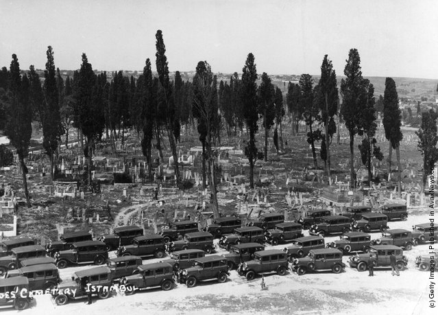 1910: A stream of cars at a funeral in the Heroes cemetery in Instanbul