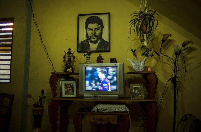 "In this March 22, 2015 photo, a portrait of Cuba's revolutionary hero Ernesto ""Che"" Guevara hangs inside a home in Santiago, Cuba. (Photo by Ramon Espinosa/AP Photo)"