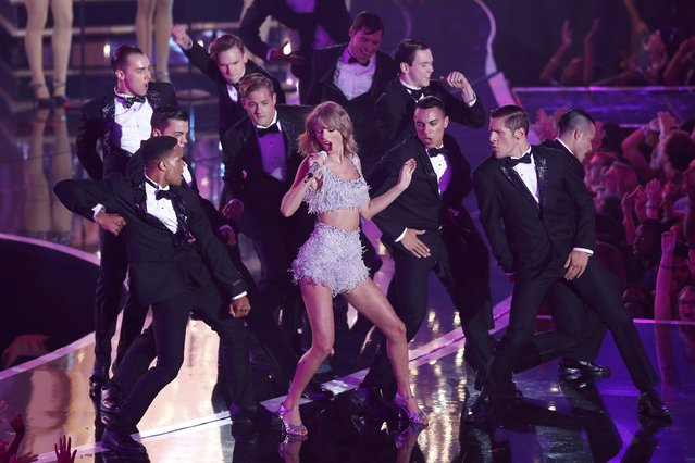 "Taylor Swift performs ""Shake It Off"" during the 2014 MTV Video Music Awards in Inglewood, California August 24, 2014. (Photo by Mario Anzuoni/Reuters)"