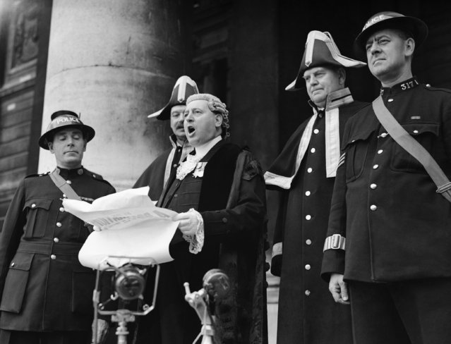 Mr. W.T. Boston, Saltbearer and acting town crier of the city of London, United Kingdom, reading a war proclamation from the steps of the Royal Exchange on September 4, 1939. (Photo by AP Photo)