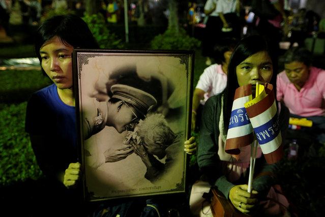 People mourn after an announcement that Thailand's King Bhumibol Adulyadej has died, at the Siriraj hospital in Bangkok, Thailand October 13, 2016. (Photo by Jorge Silva/Reuters)