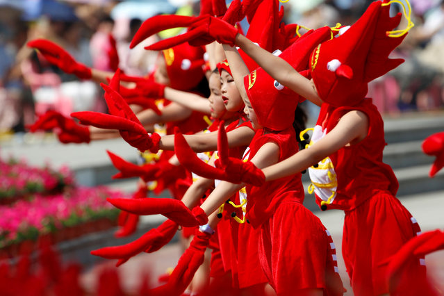 Children dressed in crayfish costumes perform during the opening ceremony of a crayfish festival in Xuyi, Jiangsu province, China June 12, 2018. (Photo by Reuters/China Stringer Network)