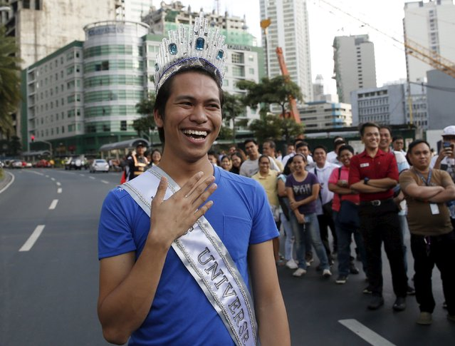 A fan of Miss Universe 2015 Pia Alonzo Wurtzbach wears a crown made of plastic spoons and a makeshift Miss Universe sash as he waits for Wurtzbach's motorcade in Manila, January 25, 2016. Wurtzbach, the first Miss Universe from the Philippines in more than four decades, said on Sunday she will spend her reign bringing awareness to issues like HIV and draw support for countries vulnerable to disasters. (Photo by Erik De Castro/Reuters)