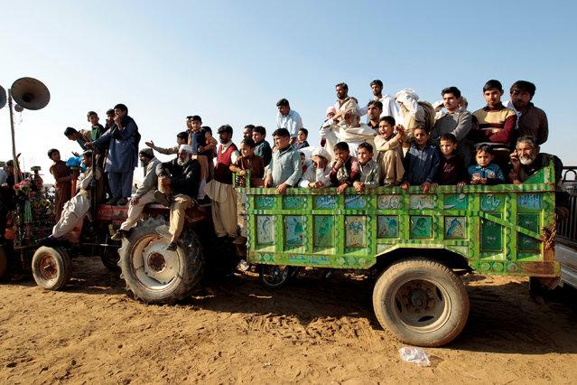 Spectators watch bull racing in Pind Sultani, Pakistan January 31, 2017. (Photo by Caren Firouz/Reuters)