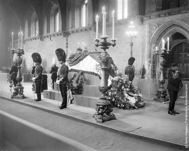 1910: King Edward VII lying in state at Westminster Hall in London