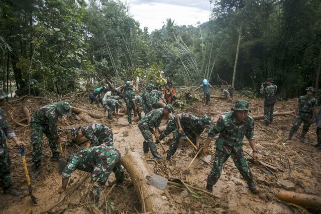 Indonesian soldiers search for landslide victims in Purworejo, Indonesia, 19 June 2016. Floods and landslides in Central Java over the past few days have killed more than 20 people and left dozens missing. (Photo by EPA/Stringer)