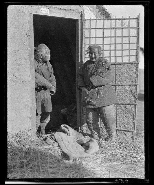 Two Grandmas, Salvation Army. China, Tianjin, 1917-1919. (Photo by Sidney David Gamble)