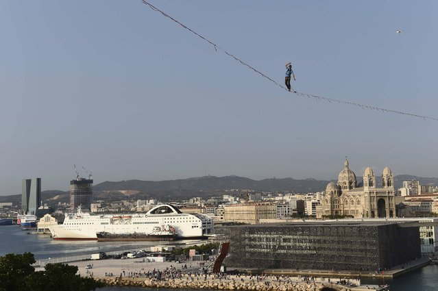French slackliner Guillaume Rolland walks a distance of 250 meters across a highline slung at 50 meters, over the Vieux-Port (Old Harbour) in Marseille, southern France, on September 08, 2017. (Photo by Boris Horvat/AFP Photo)