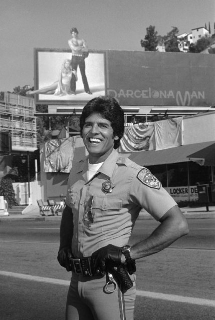"Erik Estrada, star of the television series ""Chips"", is all smiles in Los Angeles  September 3, 1982 as he stands in front of a billboard for which he modeled a pair of jeans. The advertisement is part of an upcoming episode entitled ""Tight Fit"". (Photo by Nick Ut/AP Photo)"