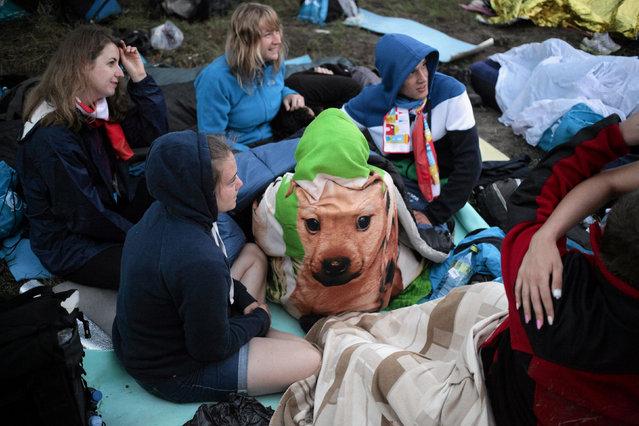 Pilgrims chat as they wait for Pope Francis at the Campus Misericordiae during World Youth Day in Brzegi near Krakow, Poland, July 31, 2016. (Photo by Slawomir Kaminski/Reuters/Agencja Gazeta)