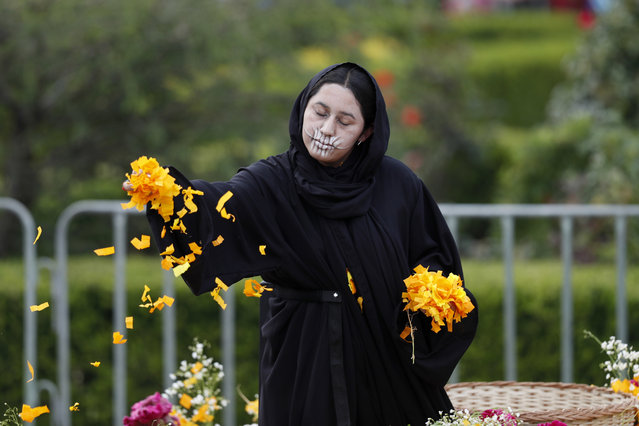 A performer participates in the Day of the Dead parade on Mexico City's main Reforma Avenue, Saturday, October 28, 2017. (Photo by Eduardo Verdugo/AP Photo)