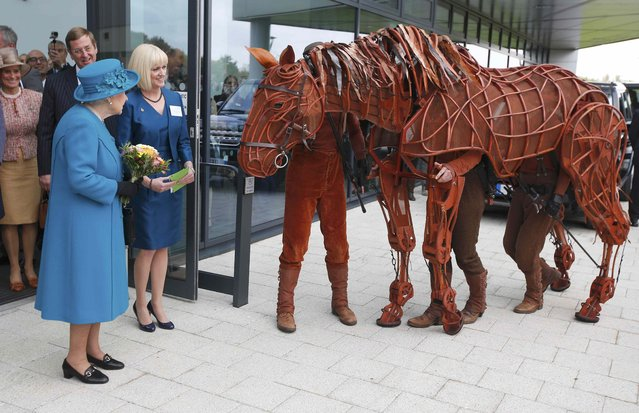 Britain's Queen Elizabeth meets the character 'Joey', from the show 'Warhorse', as she leaves The University of Surrey's new School of Veterinary Medicine, Guildford, Britain, October 15, 2015. (Photo by Peter Nicholls/Reuters)