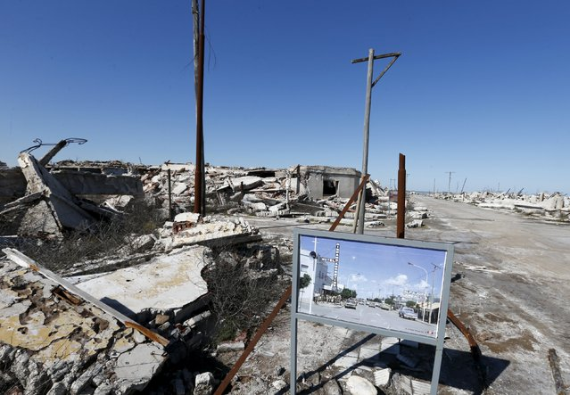 A picture taken in the 70s compares the place with the current state of a ruined houses in the onetime spa and resort town Epecuen, November 6, 2015. (Photo by Enrique Marcarian/Reuters)