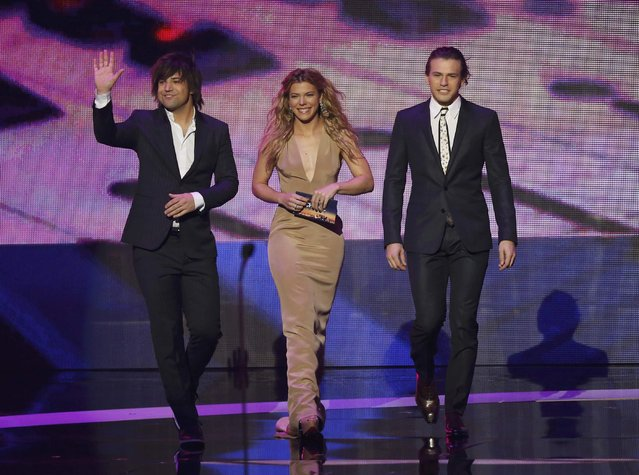 Presenters Reid Perry (L), Kimberly Perry and Neil Perry of The Band Perry take the stage during the 2015 People's Choice Awards in Los Angeles, California January 7, 2015. (Photo by Mario Anzuoni/Reuters)