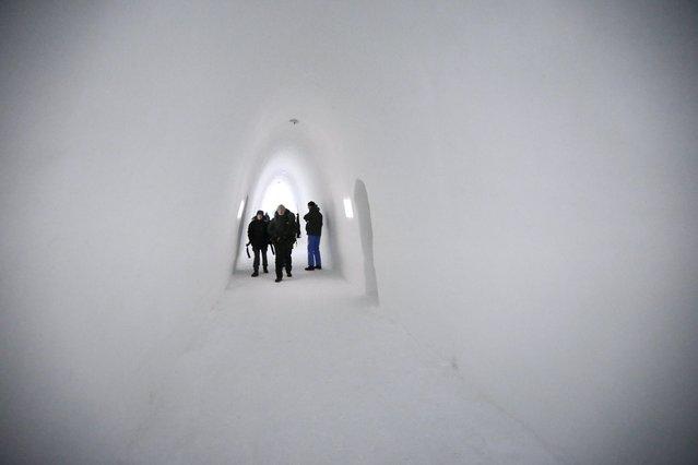 People walk inside in the Ice hotel in Jukkasjarvi, Sweden, December 16, 2015. (Photo by Ints Kalnins/Reuters)
