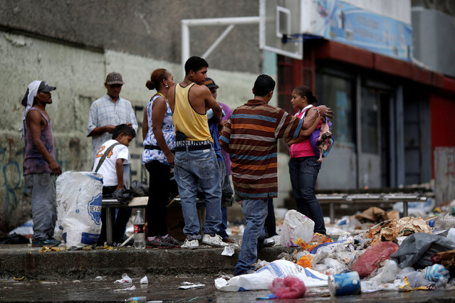 People search through the garbage on a street in Caracas, Venezuela, November 30, 2016. (Photo by Ueslei Marcelino/Reuters)
