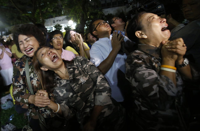 Thai people cry after Royal Palace's announcement outside Siriraj Hospital where King Bhumibol Adulyadej was being treated, in Bangkok, Thailand, Thursday, October 13, 2016. Thailand's Royal Palace said King Bhumibol, the world's longest-reigning monarch, has died at age 88. (Photo by Sakchai Lalit/AP Photo)