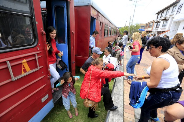 "Passengers and tourists alight from a ""La Sabana"" tourist train in Zipaquira city March 1, 2015. (Photo by Jose Miguel Gomez/Reuters)"