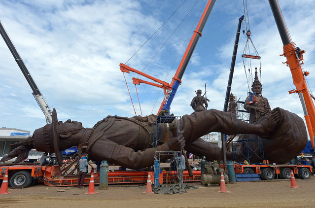 Thai workers prep and install statues of Thai kings at Ratchapakdi Park in Prachuap Khiri Khan province on August 3, 2015. The statues are part of an installation at a park called Ratchapakdi in Hua Hin to honour past Thai monarchs. The park, under construction by the Thai army, honour's the country's royal institution and is located at a military compound near the Klai Kangwon Palace. (Photo by Pornchai Kittiwongsakul/AFP Photo)