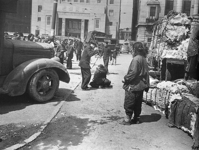 1948年3月,外滩,便衣警察棒打偷拿棉花的老太。 (In March 1948, the Bund, plainclothes police officers wreck stole cotton Granny)