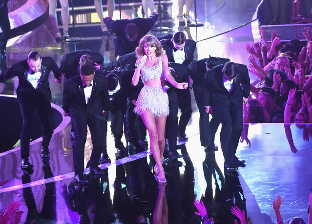 Recording artist Taylor Swift (C) performs onstage during the 2014 MTV Video Music Awards at The Forum on August 24, 2014 in Inglewood, California. (Photo by Michael Buckner/Getty Images)