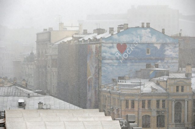 A general view shows buildings during a snowfall in central Moscow, Russia, October 8, 2015. (Photo by Sergei Karpukhin/Reuters)
