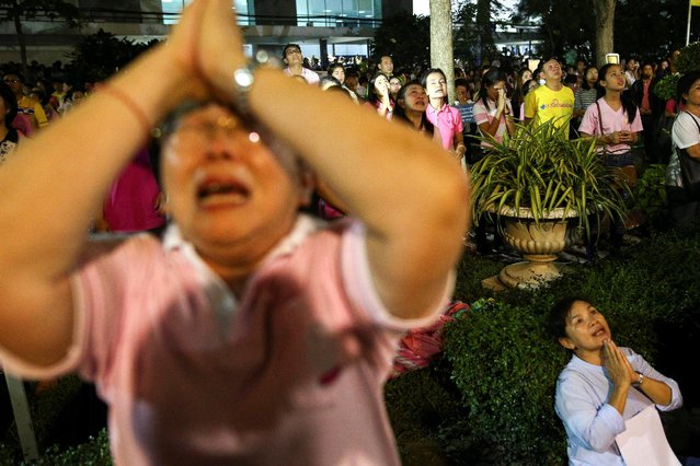 People weep after an announcement that Thailand's King Bhumibol Adulyadej has died, at the Siriraj hospital in Bangkok, Thailand, October 13, 2016. (Photo by Athit Perawongmetha/Reuters)