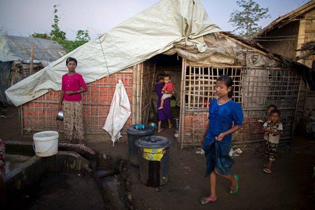 Rohingya Muslim minority children pass time in a refugee camp outside Sitttwe, Rakhine state November 7, 2015. (Photo by Sai Aung Min/Reuters)
