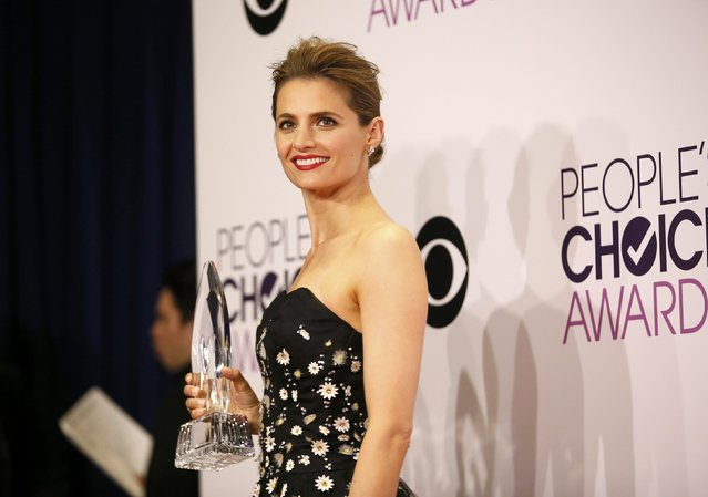"Actress Stana Katic poses backstage with her awards for Favorite Crime Drama TV Actress and Favorite TV Crime Drama, both for CBS series ""Castle"" during the 2015 People's Choice Awards in Los Angeles, California January 7, 2015. (Photo by Danny Moloshok/Reuters)"