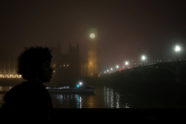 A man views the Big Ben clock tower during a foggy evening in London, Britain December 30, 2016. (Photo by Kevin Coombs/Reuters)