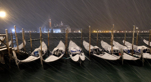 Gondolas are seen during snowfall in the Venice lagoon, northern Italy, January 13, 2017. (Photo by Manuel Silvestri/Reuters)