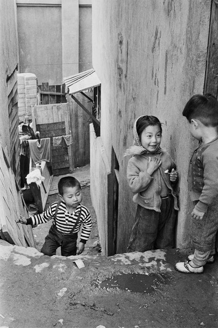 """""""I realise now that this was what led me to a lifetime of photography in which I gradually opened my eyes to photography and moreover the wonders of life itself"""". Here: Malli-dong, Seoul, Korea. (Photo by Han Youngsoo/The Guardian)"""