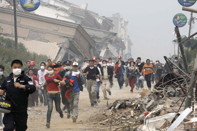 Residents and rescue workers evacuate from the centre of earthquake-hit Beichuan county,Sichuan province, May 17, 2008